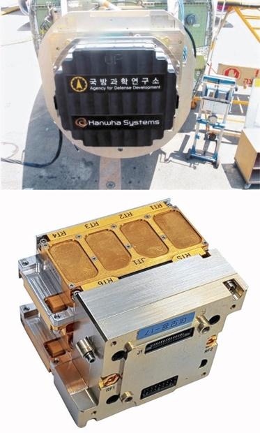 (上)国防科学研究所が26日に公開したKFX用多機能位相配列(AESA)レーダーの実物。(下)レーダーを構成するモジュールセット。拳より小さいが4500万ウォン(約400万円)もする。[写真 国防科学研究所]