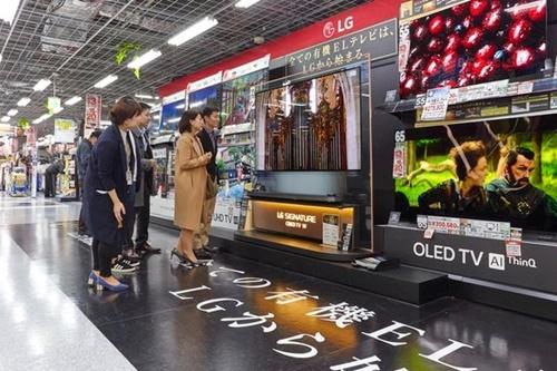 日本東京秋葉原にある電子製品売り場にLGのテレビが展示されている。「すべての有機ELテレビは、LGから始まる」というフレーズが貼られている。[写真 LGエレクトロニクス]
