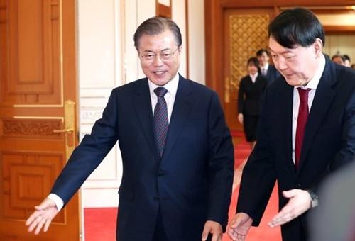 文在寅大統領が7月25日、青瓦台で尹錫悦検察総長に任命状を与えた後、歓談のために移動している。 [青瓦台写真記者団]