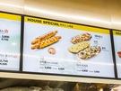 韓国チキンのようなザクザク衣をまとったトルティーヤでソーセージと餅、チーズをくるんだ「ソットッロール 3,800ウォン」をはじめ、オリジナリティのあるサイドメニューも話題です。