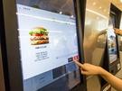 注文は、韓国のファストフード店で一般化している電子パネル(韓国語または英語、カードのみ)またはカウンター(現金可)で行いましょう。