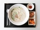 済州島(チェジュド)のご当地グルメを味わえる人気チェーン店「チェジュミョンジャン」(写真は「コギクッス(豚肉入り麺)」、8,000ウォン)など、韓国地方の味を楽しめるお店もあり、地元韓国人の間でも話題です。