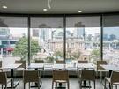 ガラス張りの窓側テーブル席からは旧ソウル駅舎「文化駅ソウル284」などのソウル駅周辺を一望でき、景色の良さも人気の理由!