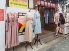 ナチュラルなスタイルが流行った夏に引き続き、淡いペールカラーも目立ちます。