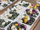 店先には、彩り豊かなソンピョン(松葉蒸し餅)や、先祖供養の祭祀「茶礼(チャレ)」で使用する食材がずらっと並びます。