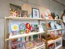3階には、個性的なデザインの雑貨が並びます。手作りの文具類などもあり、お土産探しに良さそう。