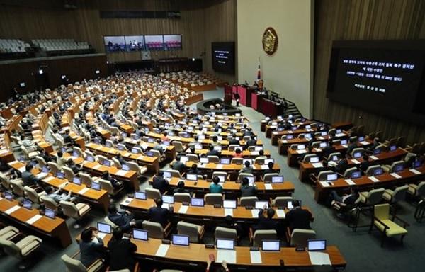 国会本会議[中央フォト]