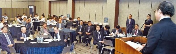 世界経済研究院の司空壱名誉理事長が30日に「韓国型長期不況の可能性と危機管理対策」を主題に開かれたNEAR財団のセミナーで基調講演をしている。ホ・ムンチャン記者