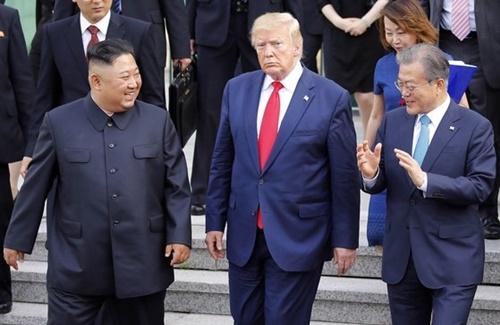 文在寅大統領(右)と金正恩北朝鮮国務委員長、ドナルド・トランプ米大統領が6月30日、京畿道坡州市(キョンギド・パジュシ)板門店(パンムンジョム)共同警備区域(JSA)自由の家で会談を終えた後、話を交わして復帰している。[写真 青瓦台写真記者団]