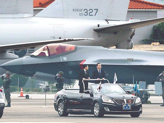 第71周年「国軍の日」記念式典が開かれた1日、韓国の文在寅大統領が国防部の鄭景斗長官と共にF35Aステルス戦闘機を査閲している。カン・ジョンヒョン記者