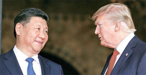 2017年4月6日に首脳会談をするトランプ米大統領(右)と習近平中国国家主席。[中央フォト]