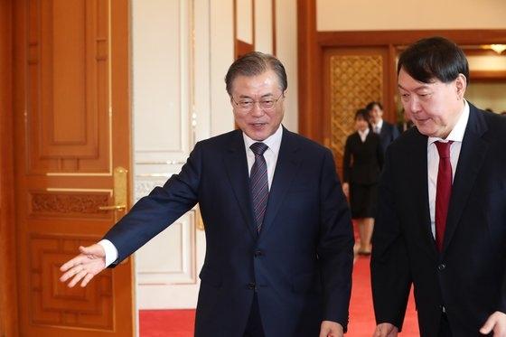 7月25日、文在寅大統領(左)が青瓦台本館忠武室で新任の尹錫悦検察総長に任命状を与えた後、歓談するために仁王室に移動している。[写真 青瓦台写真記者団]
