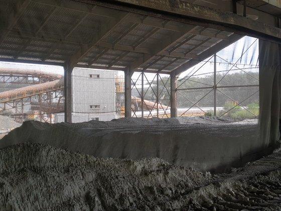 セメント工場に日本産石炭がらが積まれている。火力発電所で石炭を燃焼させて残った灰はセメントの原料としてリサイクルされる。昨年、日本から128万トンの石炭がらが韓国に輸入された。キム・スンヒョン論説委員