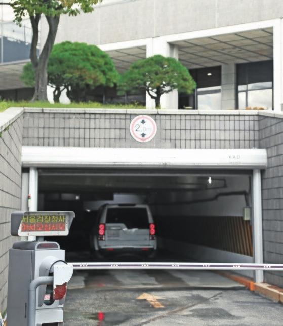 チョン教授が出入りしたと見られる検察庁地下駐車場に職員の車両が入っている姿。チェ・スンシク記者