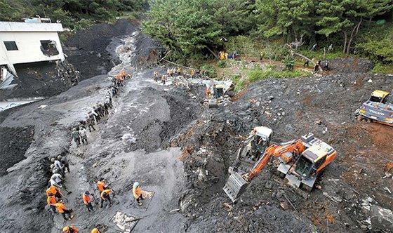 台風18号による大雨のため、3日、釜山市旧平洞の山で土砂崩れが発生し、押し流されてきた土砂が住宅と食堂を襲った。この日午後、釜山消防災難本部は土砂によって生き埋めとなった60代女性と40代男性の遺体を発見した。消防本部は土砂に埋もれた住宅に家族2人がさらに閉じ込められているとみて捜索作業を続けている。ソン・ポングン記者