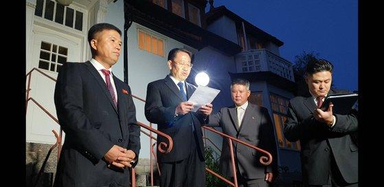 米朝実務交渉北朝鮮側の金明吉首席代表(中央)が米国との会談後北朝鮮大使館に戻り米国を非難する立場を発表している。キム・ソンタク特派員