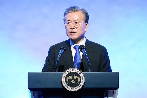 文在寅大統領が5日にソウル市内のホテルで開かれた「第13回世界韓人の日記念式」で記念演説をしている。[写真 青瓦台]