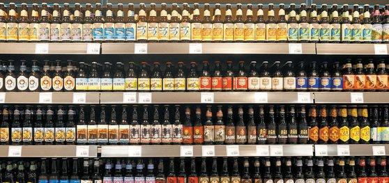 ある大型マートのクラフトビールコーナーにベルギー・米国・日本など海外各地のクラフトビールが並んでいる。[中央フォト]