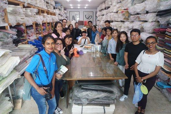 先月28日、慶尚北道安東市(キョンサンブクド・アンドンシ)にある韓紙常設展示館を訪れた「韓国語教師養成および能力培養」過程の参加者。[写真 翰林大学]