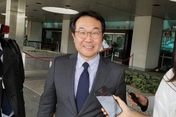 韓国外交部の李度勲(イ・ドフン)韓半島平和交渉本部長が8日、ワシントンで米国のビーガン北朝鮮政策特別代表と協議を終えた後、米国務省の庁舎を出ている。 チョン・ヒョシク特派員