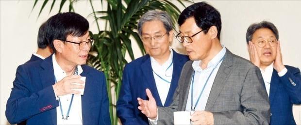 金尚祖青瓦台政策室長(左から)と盧英敏秘書室長、二号ス李昊昇経済首席秘書官が先月16日に青瓦台で開かれた首席・補佐官会議を控え話している。右は姜キ正政務首席秘書官。ホ・ムンチャン記者