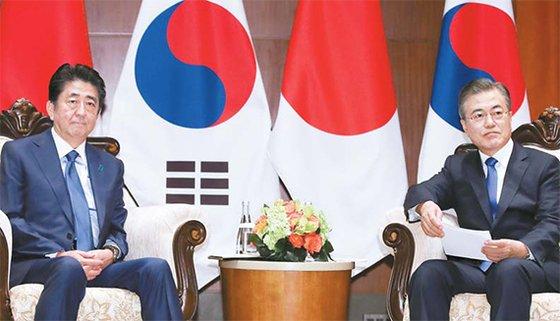 昨年9月、米ニューヨーク国連総会に出席して首脳会談を行った安倍晋三首相(左)と文在寅大統領。[中央フォト]