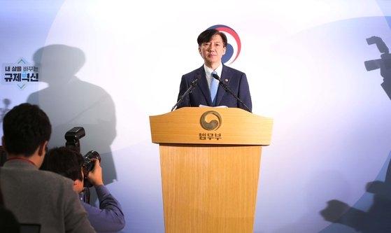 韓国のチョ・グク法務長官が14日、政府果川(クァチョン)庁舎で第2次検察改革方案を発表した。チョ長官は発表文を5分余り朗読した後、写真・映像記者を退出させ、取材記者と一問一答を継続した。チョ長官が検察改革案を発表している。 オ・ジョンテク記者