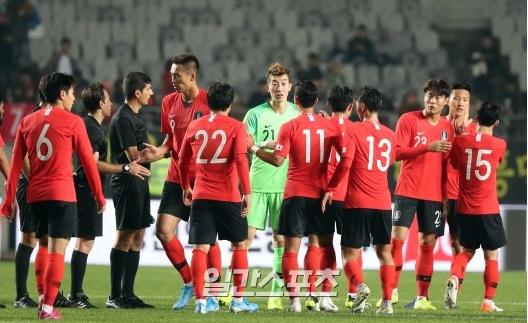 10日午後、京畿道華城総合競技タウン主競技場で行われた2022カタールW杯アジア地域2次予選のスリランカ戦で8-0で勝利して喜ぶ韓国代表選手。