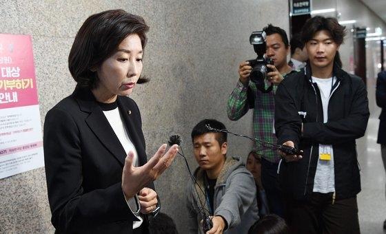 チョ・グク法務部長官が辞任を電撃発表した14日午後、野党「自由韓国党」の羅卿ウォン院内代表が国会院内代表室前で立場を明らかにしている。 ピョン・ソング記者