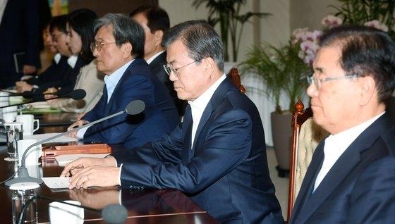 文在寅大統領が14日、青瓦台で開かれた首席補佐官会議で冒頭発言をしている。 [青瓦台写真記者団]