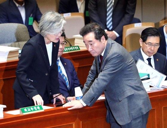 韓国の李洛淵首相(右)が26日午前、ソウル汝矣島(ヨイド)の国会予算決算特別委員会全体会議に出席して康京和外交部長官(左)と話している。中央は金錬鐵(キム・ヨンチョル)統一部長官。 キム・ギョンロク記者