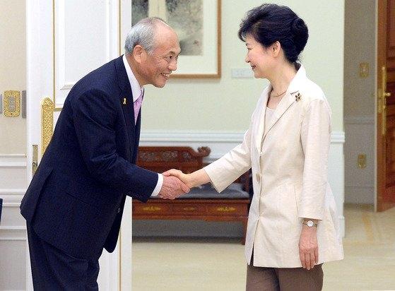 2014年7月25日午前、青瓦台で当時の朴槿恵(パク・クネ)大統領が舛添要一東京都知事と会い、握手している。[青瓦台写真記者団]