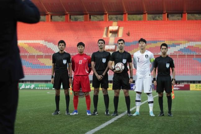 15日、北朝鮮平壌の金日成競技場で行われたW杯アジア2次予選H組第3戦の韓国-北朝鮮戦で、孫興民と北朝鮮のチョン・イルグァンが記念撮影をしている。試合は接戦の末、0-0で終了した。[写真 大韓サッカー協会]