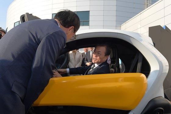 文在寅大統領が15日に京畿道華城市の現代自動車南陽研究所で開かれた未来自動車産業国家ビジョン宣布式に出席し、電気自動車に試乗している。青瓦台写真記者団