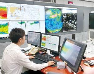 韓国国家台風センターのキム・デジュン台風予報官が今月14日、台風センター2階の統制室でメインコンピュータを使って気象状況を確認している。 パク・ジヌ記者