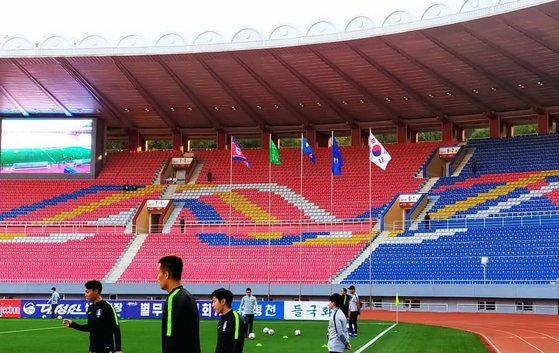 29年ぶりに開かれた平壌男子サッカー南北対決は観覧席を空けたまま行われた。[写真 大韓サッカー協会]