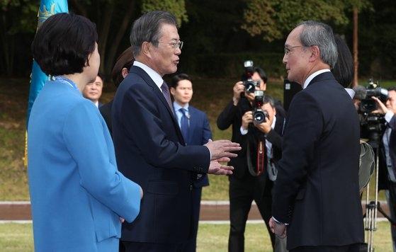 文在寅大統領と金正淑夫人が18日午後、青瓦台で駐韓外交団を招請して開いた行事で、長嶺安政駐韓日本大使とあいさつしている。 青瓦台写真記者団