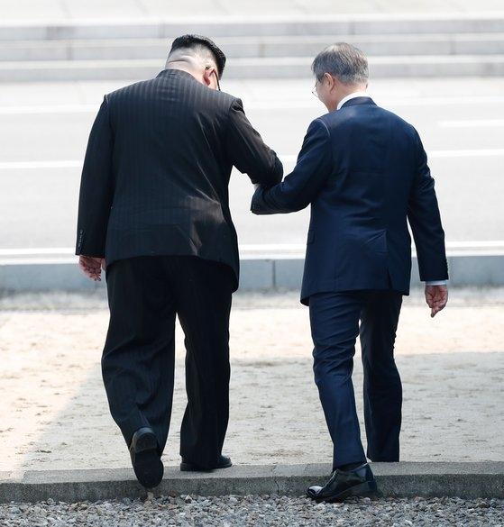 文在寅政権が南北対話を強調してきたが、北朝鮮は挑発を続けている。このため韓国政府が北朝鮮の反応を気にして振り回されているという批判が出ている。北朝鮮の金正恩国務委員長が2018年4月27日、文在寅大統領の手を握って軍事境界線の北側に越えている。[青瓦台写真記者団]