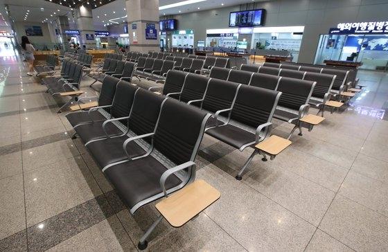 8月1日、釜山港国際旅客埠頭内の出国フロアが夏休み中にもかかわらず閑散としている。ソン・ボングン記者
