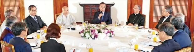 文在寅大統領が21日、7大宗教指導者招請午餐懇談会であいさつを述べている。文大統領から時計回りで天主教主教会のキム・ヒジュン議長、韓国基督教教会協議会のイ・ホンジョン総務、キム・ヨングン成均館長、盧英敏(ノ・ヨンミン)秘書室長、キム・コソン青瓦台市民社会首席、高ミン廷(コ・ミンジョン)報道官、カン・ギジョン青瓦台政務首席、天道教のソン・ボムドゥ教領、円仏教のオ・ドチョル矯正院長、韓国教会総連合のキム・ソンボク共同代表、曹渓宗のウォン・ヘン総務院長。ホ・ムンチャン記者