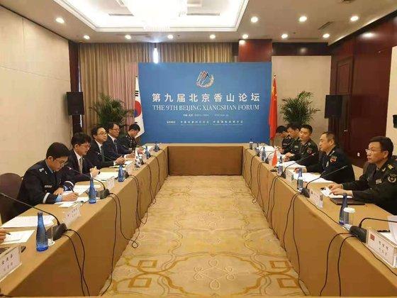 朴宰民(パク・ジェミン)国防次官が21日(現地時間)、北京で開催された第5回韓中国防戦略対話で、中国連合参謀部副参謀長の邵元明中将と両国の国防交流協力について意見を交わしている。[写真 国防部]