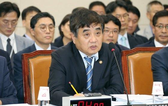 韓相赫(ハン・サンヒョク)放送通信委員会委員長が21日午後、国会で開かれた科学技術情報放送通信委員会国政監査で議員の質問に答えている。ビョン・ソング記者