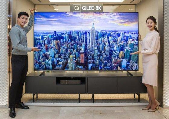 サムスン電子のモデルがQLED 8Kテレビを紹介している。[写真 サムスン電子]