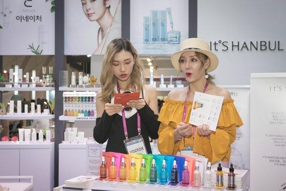 昨年開かれた化粧品エキスポで企業関係者らが美容製品を広報している。[写真 忠清北道]