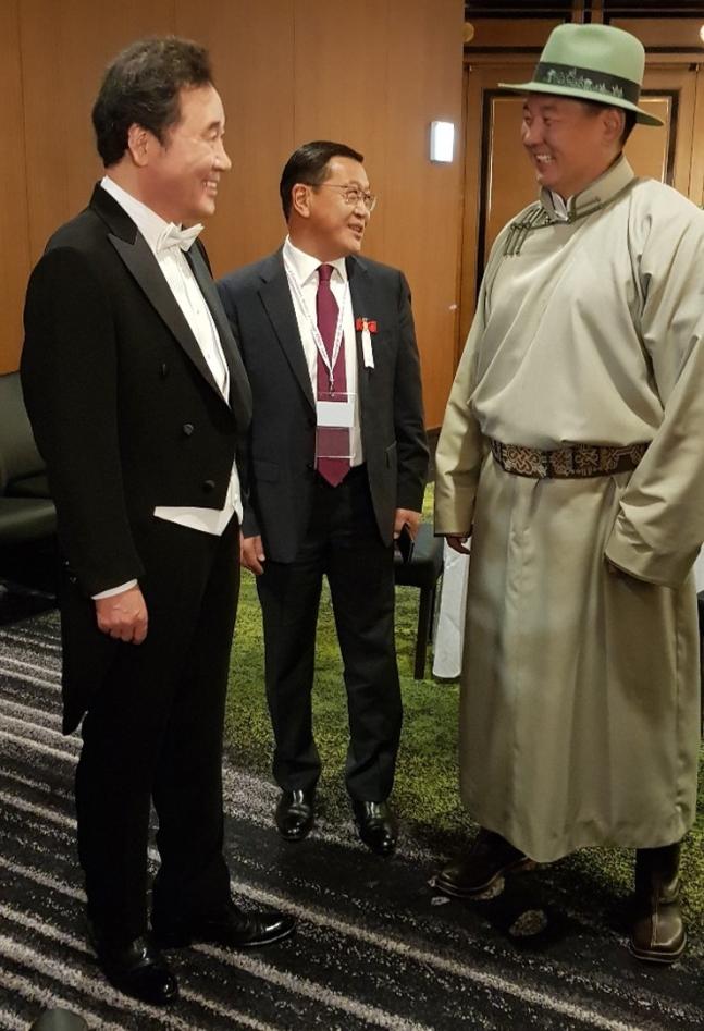 燕尾服を着た韓国の李洛淵首相が徳仁天皇即位式に参列するために待機している間、今年3月の歴訪で会ったモンゴルのウフナーギーン・フレルスフ首相と話を交わしている。[写真 総理室]