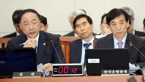 洪楠基経済副首相兼企画財政副長官(左)、李柱烈韓銀総裁が24日午後、国会で開かれた企画財政委員会の国政監査で議員の質問に答えている。 ビョン・ソング記者