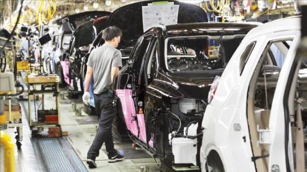 ルノーサムスン自動車は最近検討している3種類の追加構造調整案を労組に伝えた。ルノーサムスン釜山工場で従業員が作業している。韓経DB