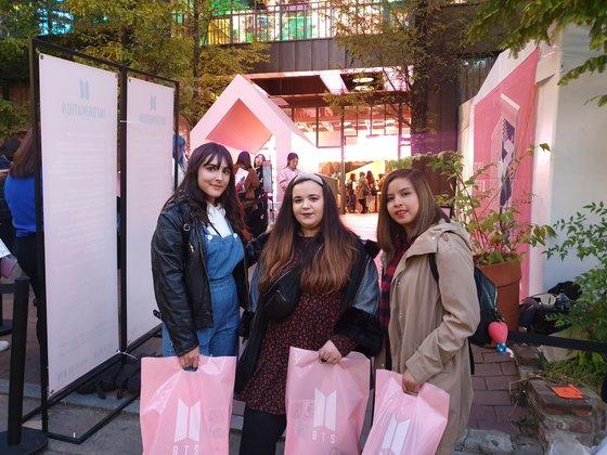 ソウル江南駅付近のポップアップストア「HOUSE OF BTS」を訪れたスペインのファンたち。ミン・ギョンウォン記者