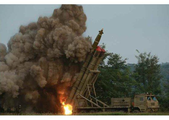 9月10日の超大型放射砲試験射撃。超大型放射砲が火炎を出しながら空に飛んでいく様子[写真 労働新聞]