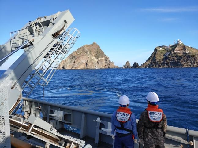 独島沖で先月31日に急病患者移送中に墜落した消防ヘリコプターを捜索するため、海軍「清海鎮」が2日、水中無人捜索をしている。[写真 海洋警察庁]
